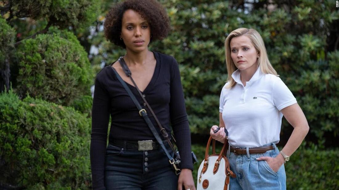 "Recensione di "" Little Fires Everywhere "": Reese Witherspoon e Kerry Washington recitano nella succosa versione di Hulu del libro di Celeste Ng"