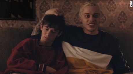 Griffin Gluck e Pete Davidson in `` Big Time Adolesence ''.