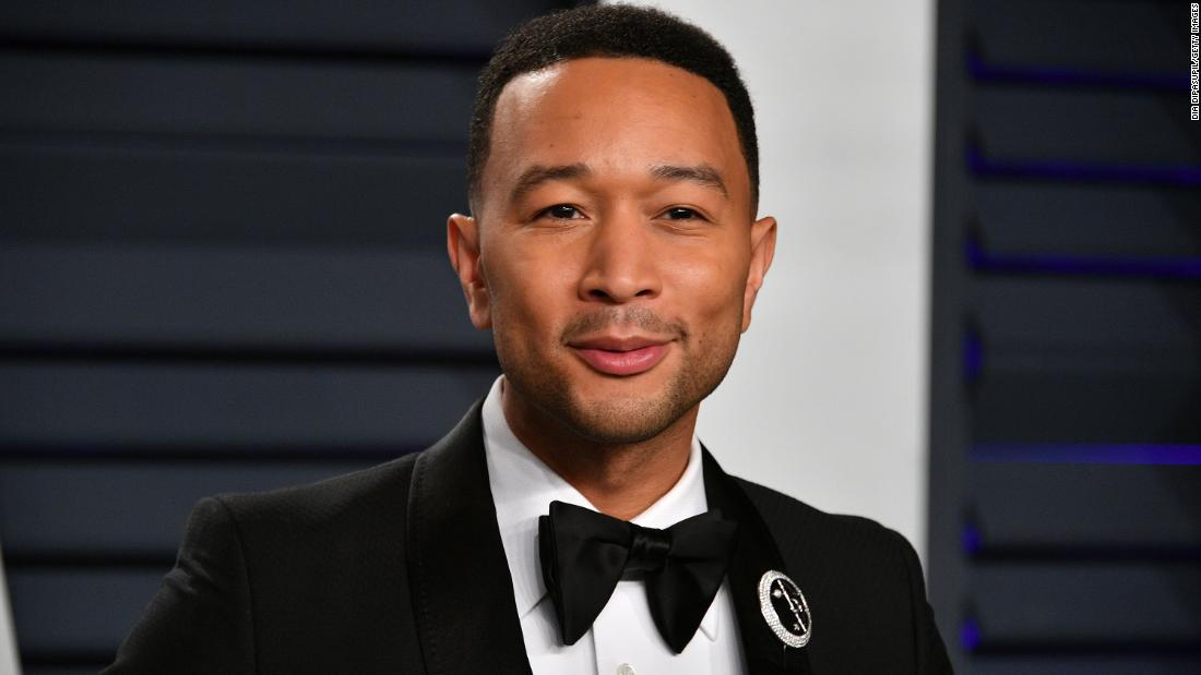 John Legend e altre celebrità si divertono sui social media mentre ci allontaniamo tutti dai social media